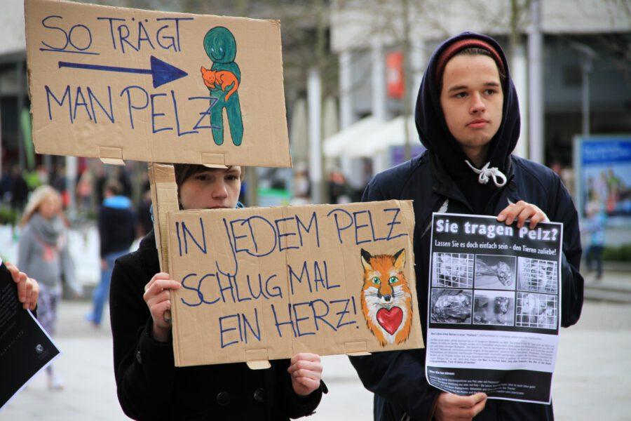 Das peta2 Streetteam Dresden mit Schildern gegen Pelz
