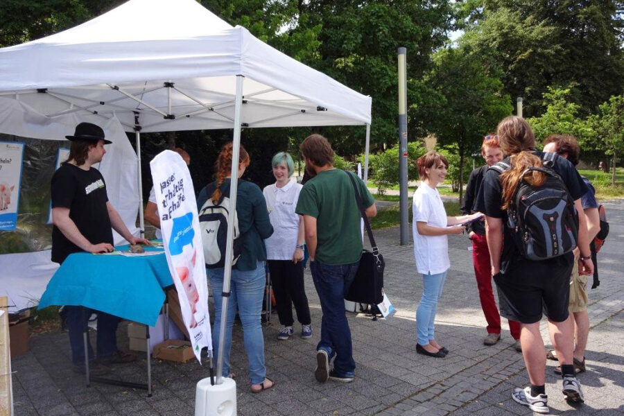 viele Studenten im Gespräch am Info-Stand der Aktionsgruppe Dresden