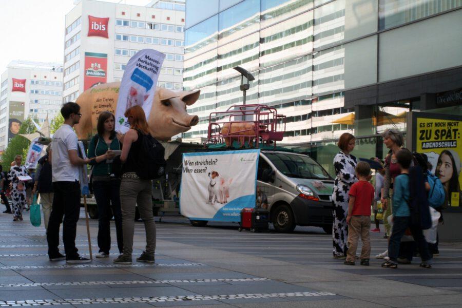 Mitglieder der Aktionsgruppe Dresden und von peta2 im Gespräch mit Passanten