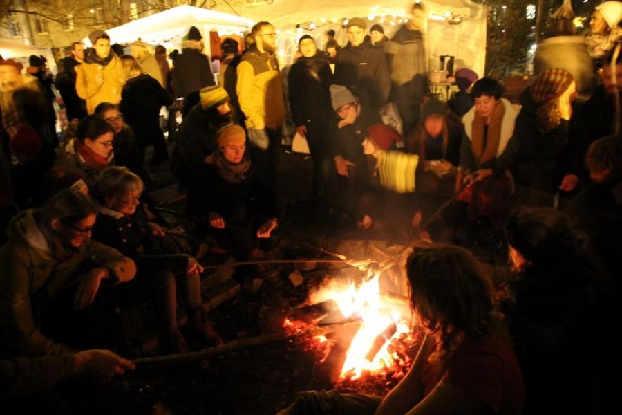 Lagerfeuer mit vielen Menschen darum