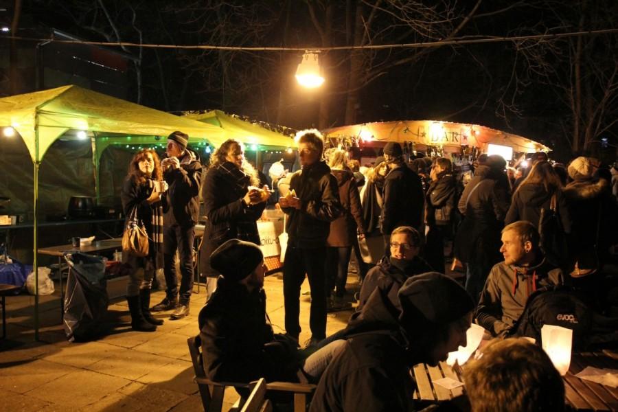 Wintermarkt abends mit vielen Lichtern an den Ständen