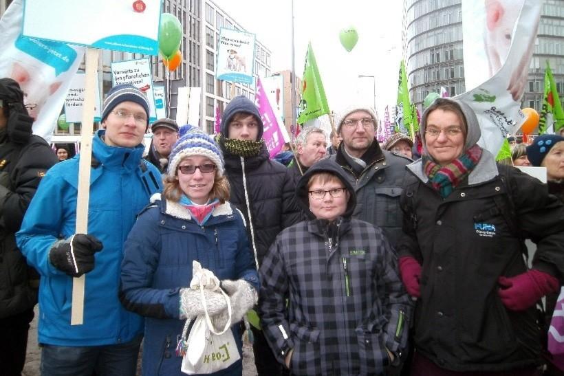 Anima-Mitglieder gemeinsam mit anderen Aktiven der Albert Schweitzer Stiftung für unsere Mitwelt bei Wir haben es satt 2016 in Berlin