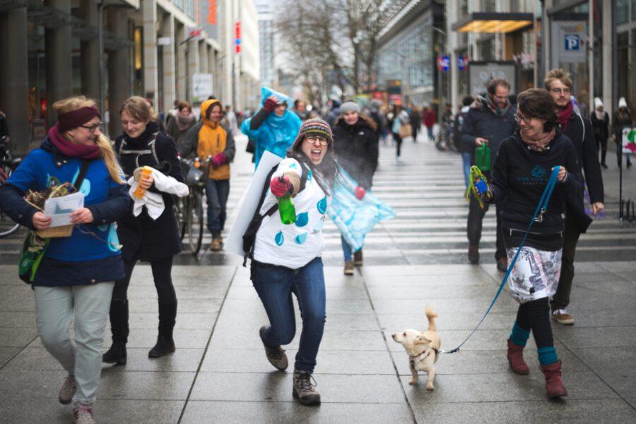 Teilnehmerinnen des Flachmobs auf der Prager Straße