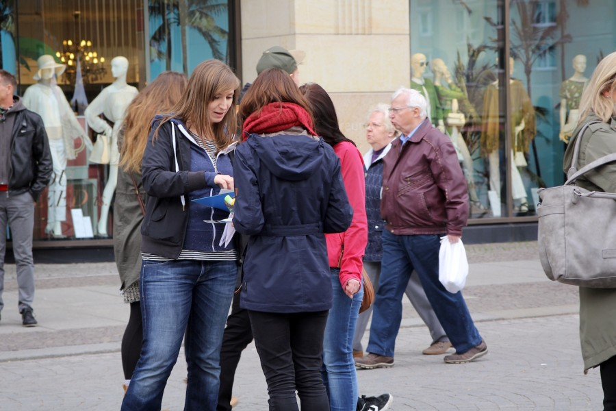 Gespräche mit Passantinnen und Passanten