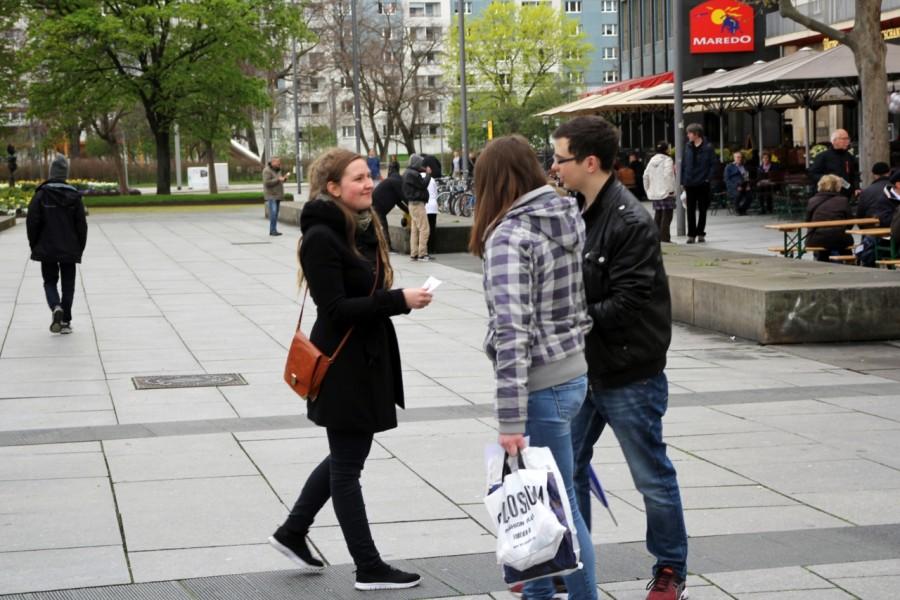 Passanten und Passantinnen werden bei der Anti-Pelz-Aktion über Pelz informiert.