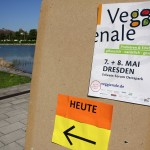 Wegweiser zur Veggienale vor dem Erlwein-Forum