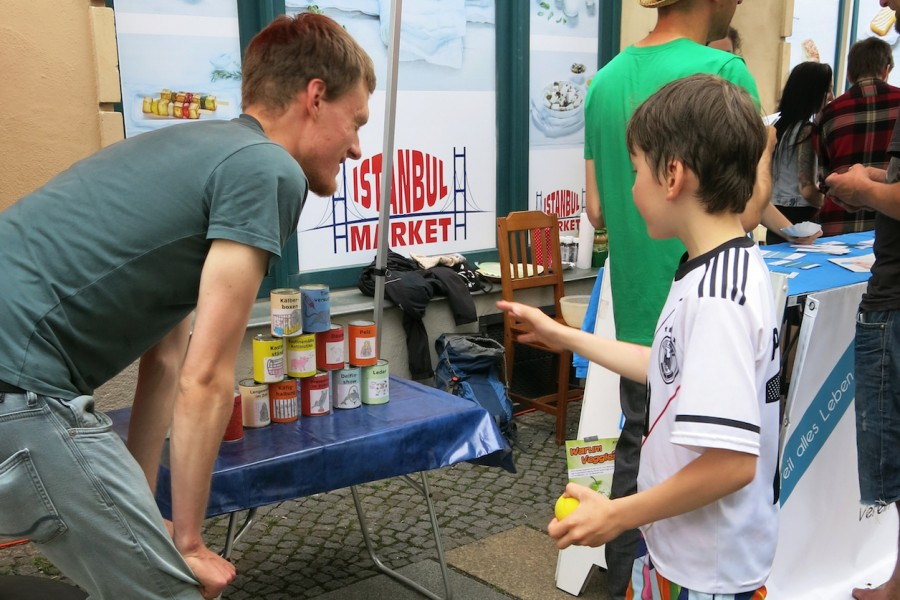 Junge beim Dosenwerfen gegen Tierleid auf dem Sankt Pieschen 2016
