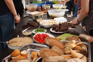 gefüllte Tafel beim veganen Brunch auf der BRN 2016