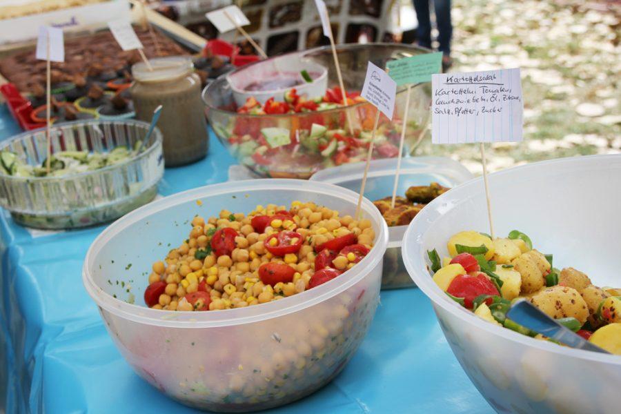 Schüsseln mit Salaten beim veganen Brunch im Golgi Park 2016