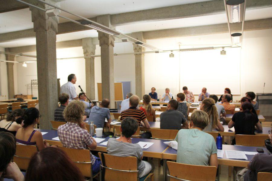 Ein Stadtrat der Linken stellt Fragen bei der Podiumsdiskussion zum kommunalen Verbot für Zirkusse mit Wildtieren in Dresden.