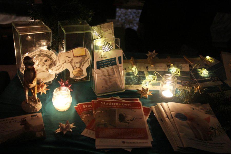 Info-Stand mit Lichterketten auf dem 2. veganen Wintermarkt Dresden