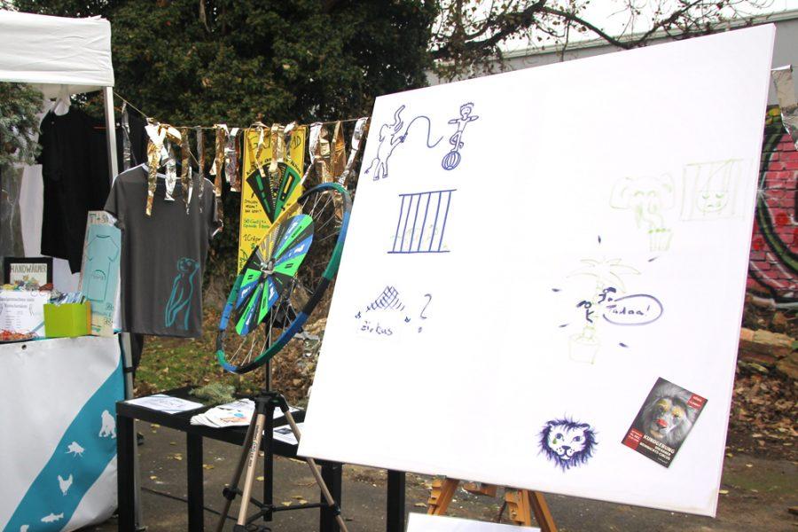Leinwand mit Bildern zum Thema Wildtiere gehören nicht in den Zoo auf dem 2. veganen Wintermarkt Dresden
