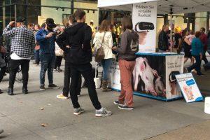 Interessierte Besucher mit iAnimal-Brillen vor einem Stand der Albert Schweitzer Stiftung.