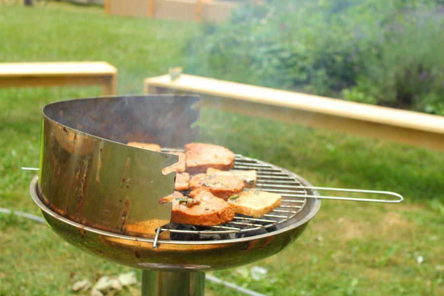 Seitan- und Sojabratlinge auf einem Grill.
