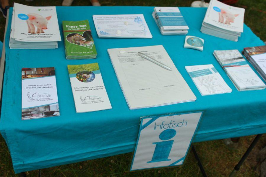 Infotisch mit Flyern zu Tierrechtsthemen und unserer Vereinsarbeit.